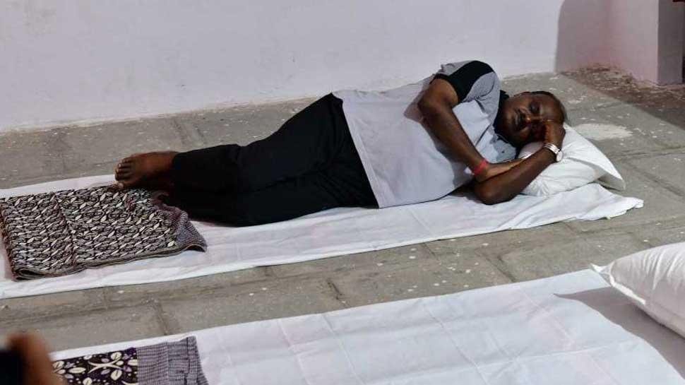 Karnataka CM HD Kumaraswamy shares a meal with school children, sleeps on floor during village stay