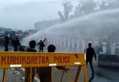 दिल्ली की तरफ बढ़ रहे किसानों ने बेरिकेड्स तोड़े, पुलिस ने रोकने के लिए किया वाटर कैनन का प्रयोग